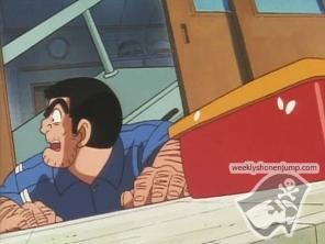 Ryotsu attaché à une table mais à la poursuite d'un bento !